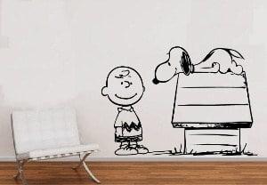 Charlie Brown y Snoopy es un vinilo excelente para decorar la habitación de los niños.